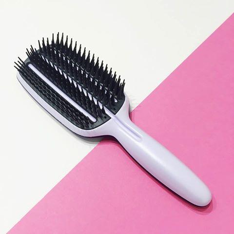 Tangle Teezer revolucionou a forma como desembaraçamos o cabelo... e agora - com o seu mais recente lançamento BLOW STYLING - revoluciona a secagem do cabelo com secador! Resultados perfeitos e mais rápidos!